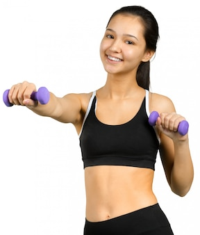 Mujer hermosa que lleva a cabo pesas de gimnasia aisladas en blanco
