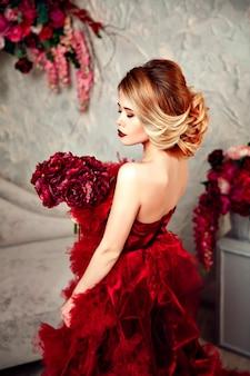 Mujer hermosa rubia elegante sexy