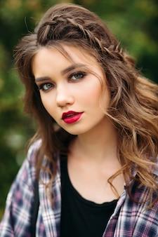 Mujer hermosa y seductora con perfecto maquillaje y peinado.