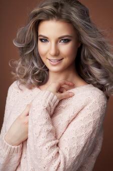 Mujer hermosa en un suéter cálido