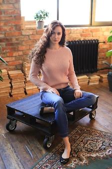 Mujer hermosa en un suéter