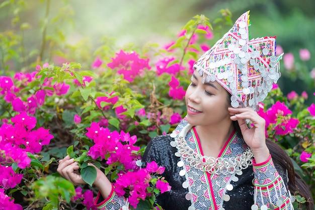 Mujer hermosa tribal en traje tradicional en el parque