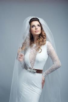 Mujer hermosa en un vestido de novia blanco
