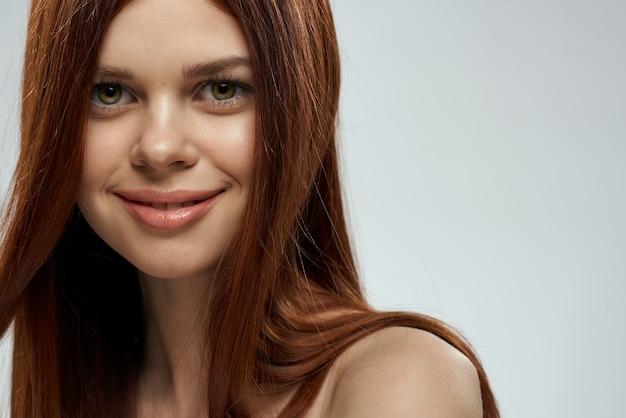 Mujer con hermoso cabello largo y hombros desnudos, retrato de primer plano