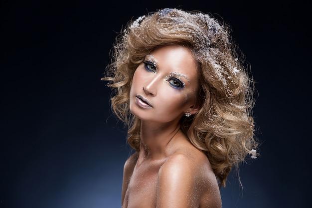 Mujer con hermoso maquillaje