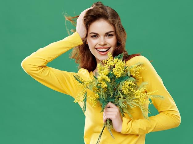 Mujer en un hermoso vestido con flores el 8 de marzo, regalos flores fondo claro día de san valentín