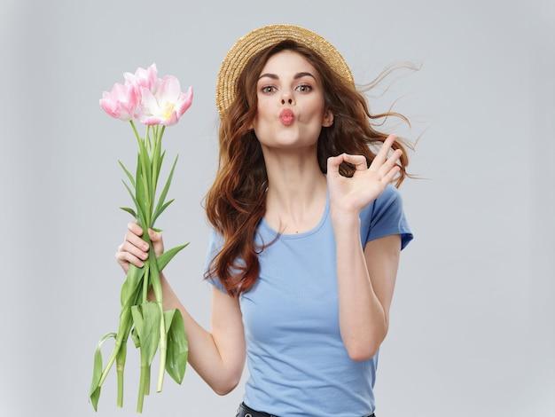 Mujer en un hermoso vestido con flores el 8 de marzo, regalos flores luz espacio san valentín