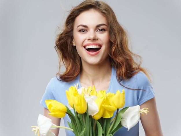 Mujer en un hermoso vestido con flores.