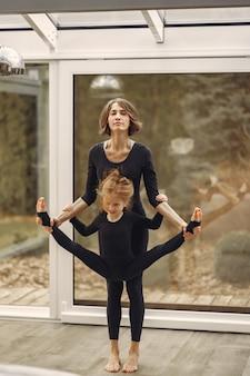 Mujer con hija se dedica a la gimnasia