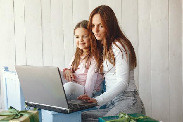 Mujer con hija con ordenador portátil