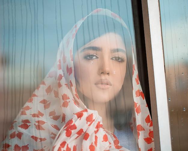 Mujer en hijab estampado rojo