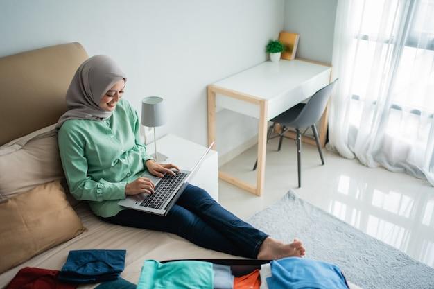 Mujer hijab que comprueba los horarios de salida a través de la aplicación en línea