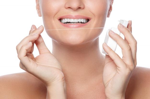 Mujer y hilo dental
