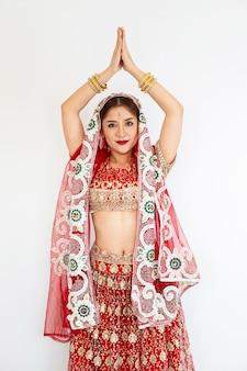 Mujer hindú modelo mehndi y joyas kundan traje tradicional indio