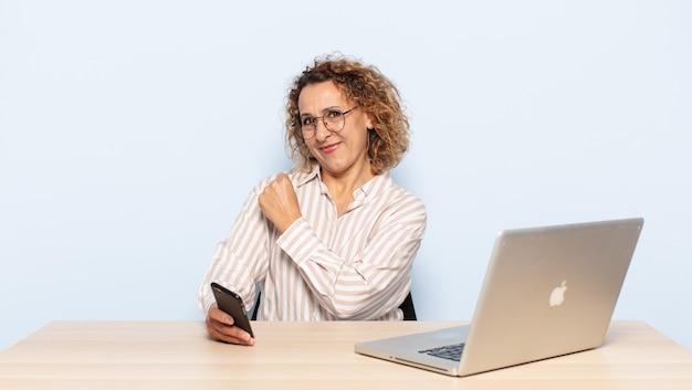 Mujer hispana de mediana edad que se siente feliz, positiva y exitosa, motivada cuando enfrenta un desafío o celebra buenos resultados.