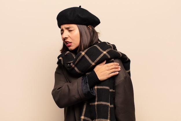 Mujer hispana que se siente cansada, estresada, ansiosa, frustrada y deprimida, que sufre de dolor de espalda o cuello