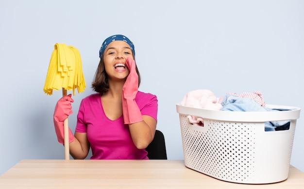 Mujer hispana que se siente feliz, emocionada y positiva, dando un gran grito con las manos al lado de la boca, gritando
