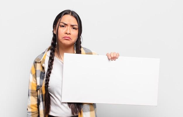 Mujer hispana que se siente triste y llorona con una mirada infeliz, llorando con una actitud negativa y frustrada