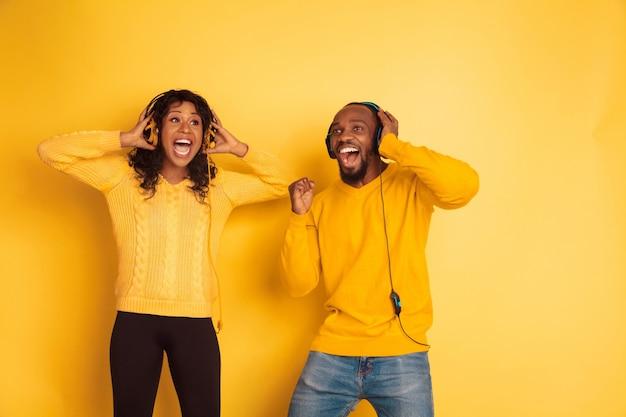 Mujer y hombre afroamericano emocional joven