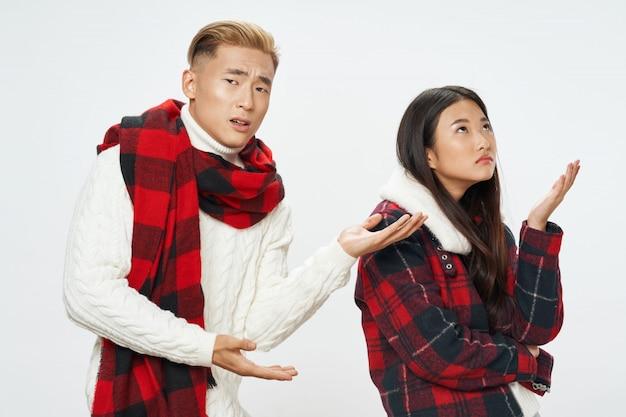 Mujer y hombre asiáticos sobre fondo de color brillante posando modelo juntos