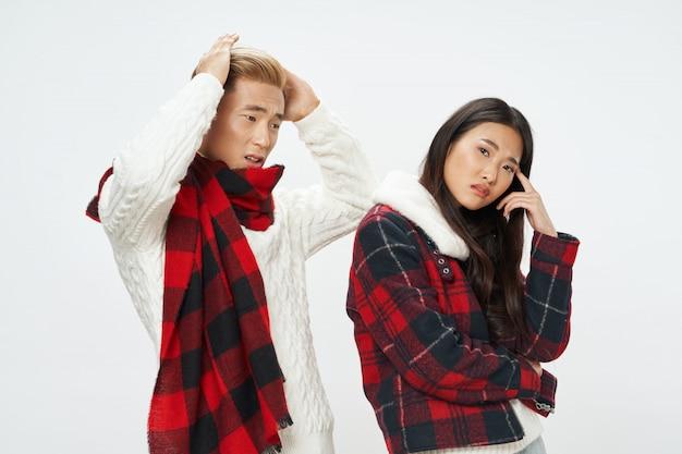 Mujer y hombre asiáticos en superficie de color brillante posando modelo juntos