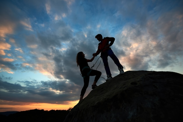 Mujer con hombre ayudando a mano.