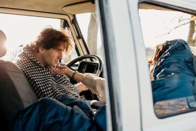 Mujer y hombre con un buen viaje por carretera