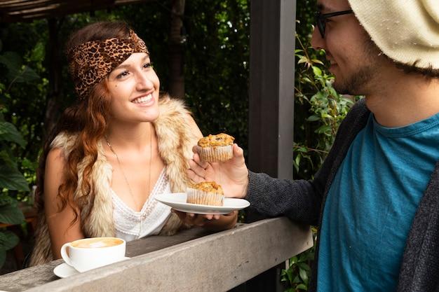 Mujer y hombre en cafetería