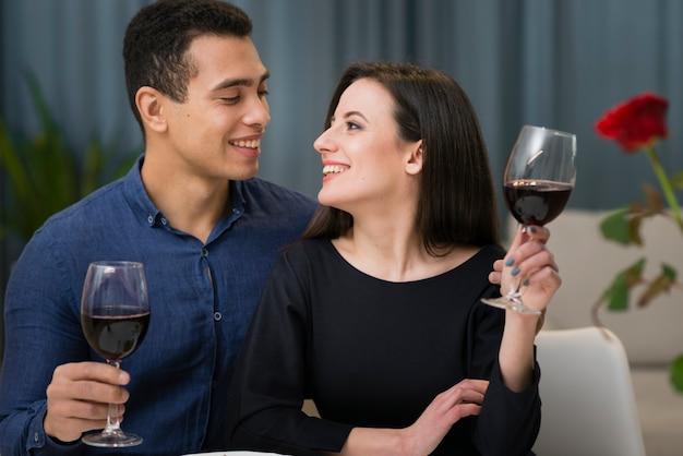 Mujer y hombre cenando romántico