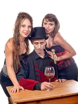 Mujer y un hombre disfrazado de vampiro
