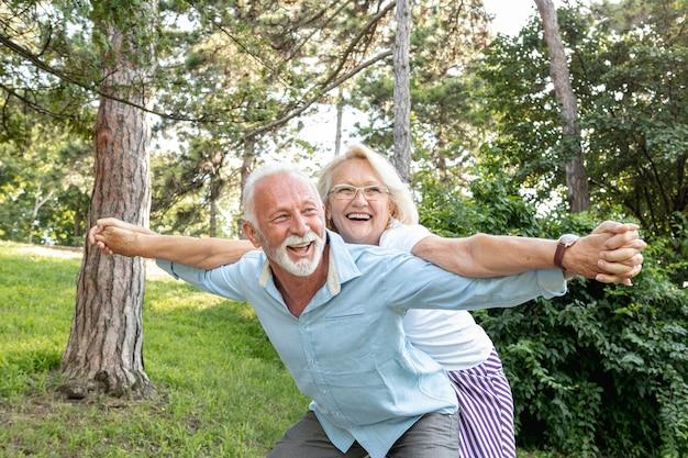 Mujer y hombre divirtiéndose juntos