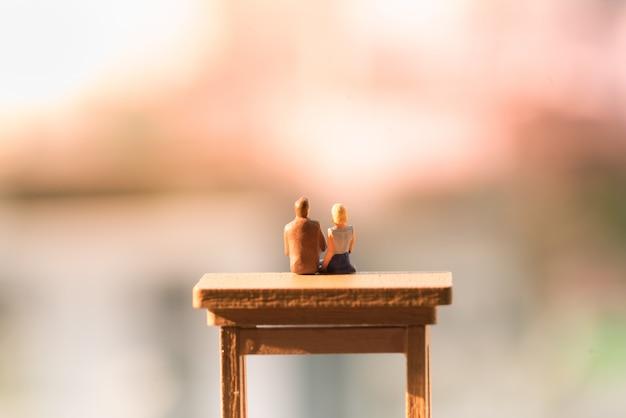 Una mujer y un hombre enamorado sentados en la escalera con espacio de copia de luz.