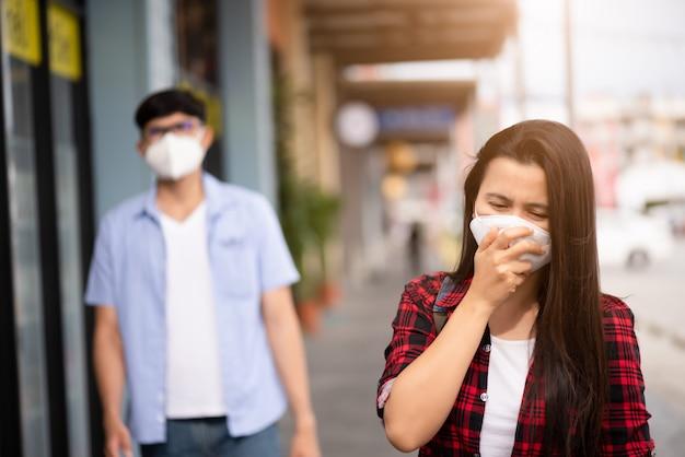 Mujer y hombre con mascarilla protectora, coronavirus y pm 2.5 combates