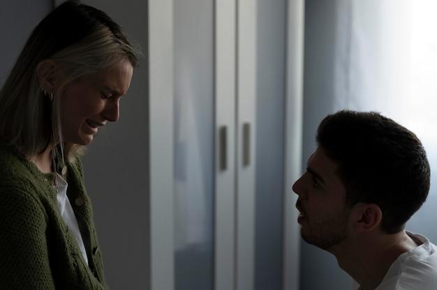 Mujer y hombre peleando en casa