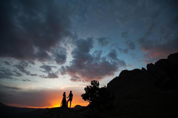 Mujer y hombre en ropa negra al aire libre