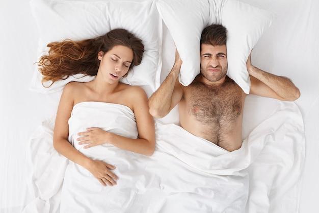 Mujer y hombre, sentado, en, cama, vista superior