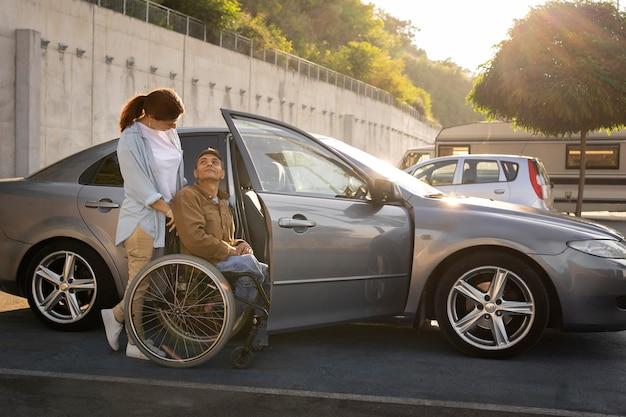 Mujer y hombre en silla de ruedas plano medio