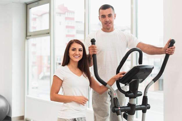 Mujer y hombre usando stepper