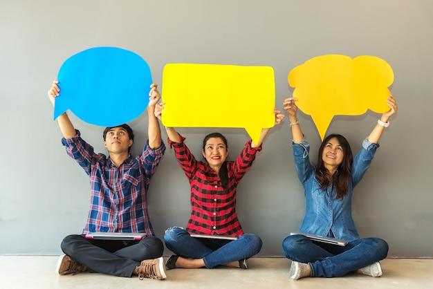Mujer y hombres asiáticos análisis de evaluación de encuestas ícono de comentarios