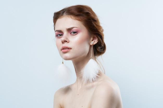 Mujer con hombros desnudos joyas maquillaje brillante frescura vista recortada aislada.