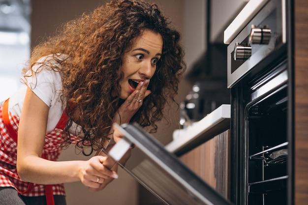 Mujer horneando comida en el horno