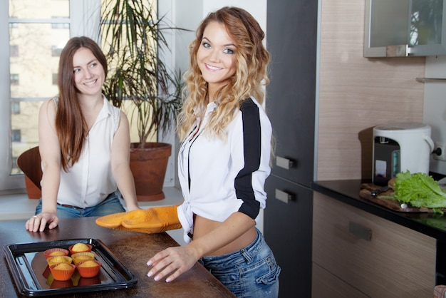 Mujer hornear cupcakes en una cocina