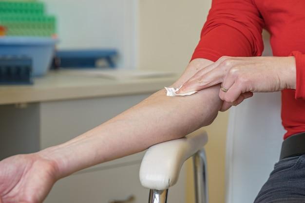 Mujer en el hospital para extracción de sangre. exámenes de sangre para la enfermedad en el laboratorio.