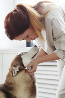 Mujer con husky