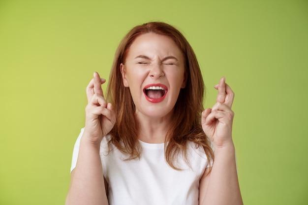 Mujer implorar a dios protección cerrar ojos gritando emocionados dedos cruzados buena suerte haciendo deseo deseo hecho realidad ojalá suplicar señor ayuda creencia vibra positiva poder suplica anticipando resultados