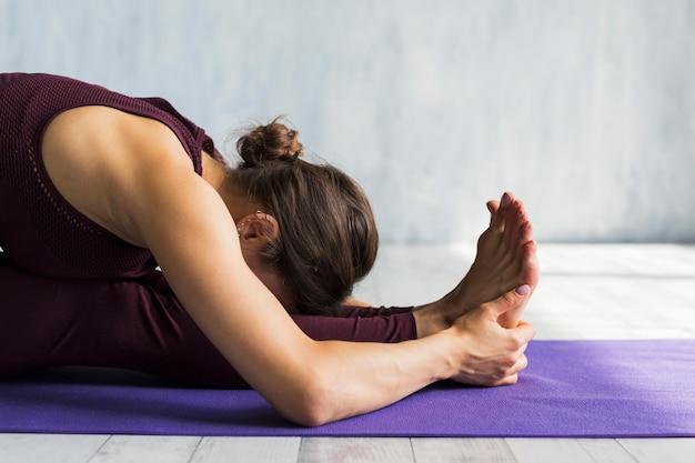Mujer inclinada hacia adelante mientras entrena