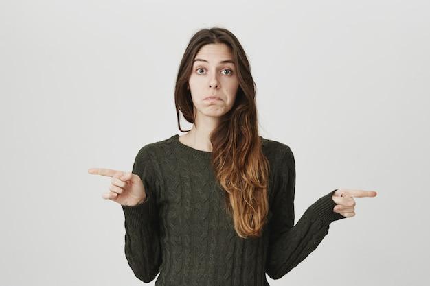 Mujer indecisa pidiendo consejo, apuntando hacia la izquierda y hacia la derecha, desconcertada al elegir