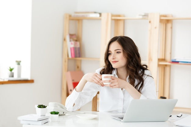 Mujer independiente o mujer de negocios utiliza laboratorio trabajando en el concepto de tecnología y negocios de oficina moderna