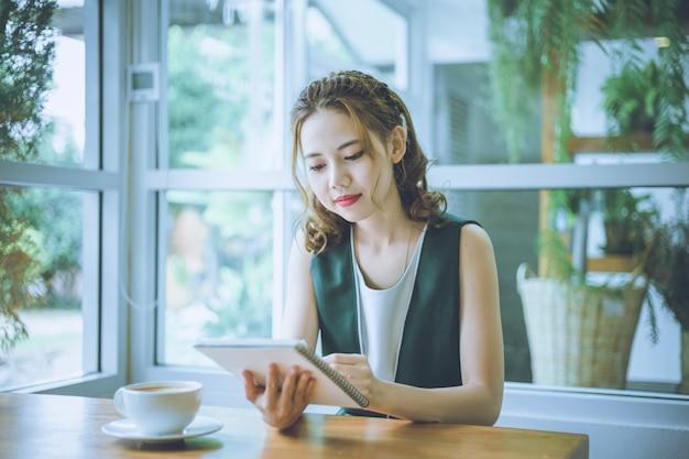 Mujer independiente que trabaja en línea en su casa
