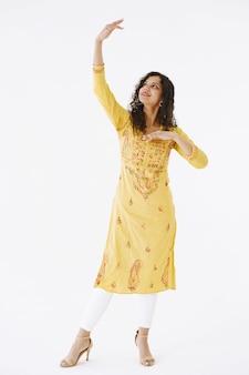 Mujer india atractiva joven en traje tradicional. mujer bailando sobre fondo blanco.